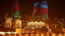 """Die """"Flame Towers"""" in Baku in den Farben von Aserbaidschan."""