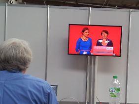 Journalisten nehmen die Rücknahme der Kandidatur von Katharina Schwabedissen zur Kenntnis.