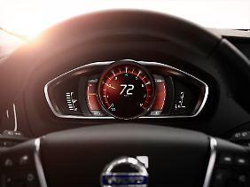Im Modus Performance leuchtet die Geschwindigkeitsskala rot.