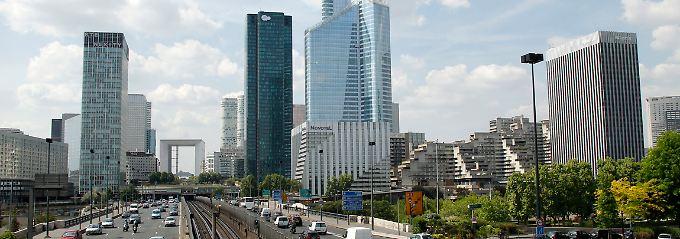 """Ganz andere Nummer als Griechenland: Im Pariser Finanzviertel """"La Defense"""" wächst die Anspannung."""