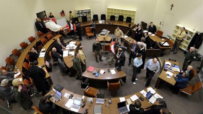 Der Gerichtssaal im Überblick: links Demjanjuk.