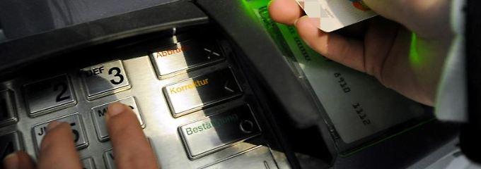 Der Kunde darf es Dieben nicht leicht machen, an seine Pin-Nummer zu kommen. Denn wird die EC-Karte gestohlen und Geld abgehoben, kann er auf den Verlusten sitzenbleiben.