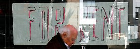 In der Rezession: In Nikosia geht ein Mann an einem geschlossenen Geschäft vorüber.