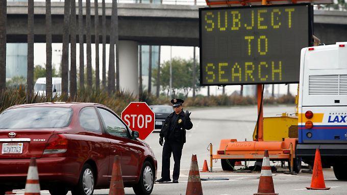 Die Flughafenpolizei in Los Angeles kontrolliert ankommende Autos.