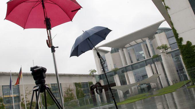 Ein ziemlich trüber Tag in Berlin bringt neue Probleme für Kanzlerin Merkel.