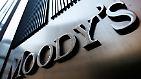 Der Schritt kommt nicht ohne Vorwarnung: Bereits im Februar kündigt Moody's an, dass die Einstufung der Kreditwürdigkeit für mehr als 100 Banken weltweit auf dem Prüfstand stehen.