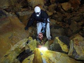 Der Boden der Magmakammer ist ein Teppich aus Felsbrocken - die Steine anzufassen, ist erlaubt, aber nicht, sie mit nach draußen zu nehmen.