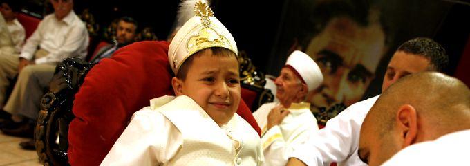 Muslime werden bis zum Alter von 13 Jahren beschnitten. Das Ritual wird mit einem Familienfest begangen.