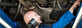 Bange Minuten für Autobesitzer: wenn der TÜV-Mann zwei Mal klopft.