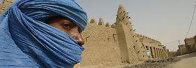 Ein Tuareg steht vor einer Moschee, in deren Nähe sich die zerstörten Grabstätten befinden. (Archivbild von 2004)
