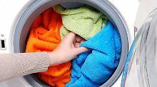 Damit Handtücher schneller trocknen, empfiehlt sich eine möglichst hohe Schleuderzahl. Foto: dpa-infocom