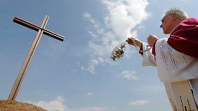 Müller segnet in Regensburg das Stahlkreuz für den Papst.