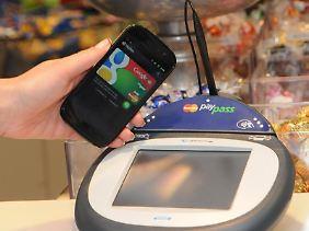 Das Portemonnaie im Handy war lange eine Zukunftsvision. Jetzt wird sie Schritt um Schritt zur Realität.