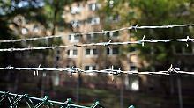 Ein Stacheldrahtzaun sichert ein Asylbewerberheim in Leipzig.