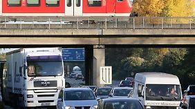 Egal ob per Bahn oder mit dem Auto: Für Familienheimfahrten gilt die Entfernungspauschale von 30 Cent pro Kilometer.