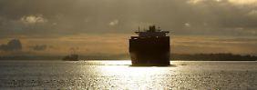"""Das Containerschiff """"Tsingtao Express"""" der Reederei Hapag-Lloyd fährt auf der Elbe von Hamburg kommend in Richtung Nordsee."""