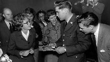 Elvis Presley ist am 2. Oktober 1958 in Friedberg (Hessen) nach einer Pressekonferenz von Journalisten un Fans umringt