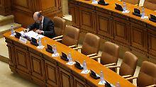 Basescu muss sein Amt sofort ruhen lassen.