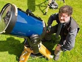 Astronom Bardenhagen in Köln hinter seinem Fernglas.