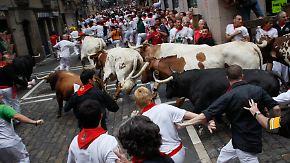 Stierhatz in Pamplona: Bulle versetzt Läufer in Panik
