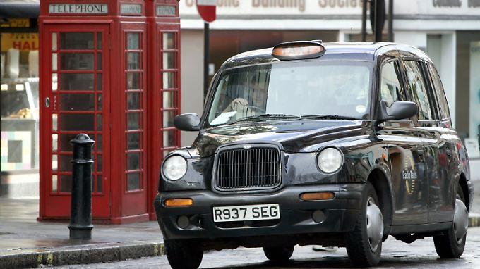 Typisch London:  schwarzes Taxi, rote Telefonzellen.