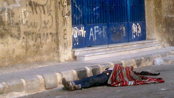 Nach den Gefechten zwischen Armee und Rebellen bleiben nur die Leichen zurück - hier im Palästinenserlager Jarmuk im Süden von Damaskus.
