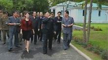 """Kim Jong Un besucht einen Vergnügungspark - eine Frau namens """"Hong"""" an seiner Seite."""