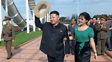 Dass Pjöngjang Fotos des Paares präsentiert, ist ein Phänomen. Kim Jong Uns Vorgänger zeigten sich nie mit ihren Ehefrauen.