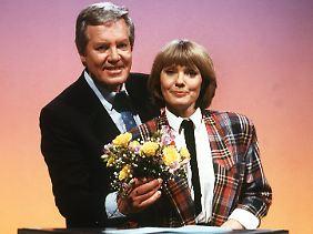 Und erinnern Sie sich auch an sie noch? Wim Thoelke und seine Assistentin Beate Hopf.