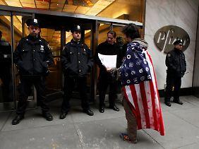 """Mit dieser Art der Aufarbeitung bleibt Pfizer Zielscheibe des Unmuts von unten: Occupy-Aktivisten zählen den Pharmariesen zum übergewichtigen Teil von """"Corporate America"""" (Archivbild)."""