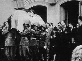Arnstadts Sarg wird aus dem Kulturhaus von Geisa getragen. Am 17. August wird der NVA-Hauptmann nach einer weiteren Trauerfeier in Bad Salzungen in Erfurt beigesetzt.