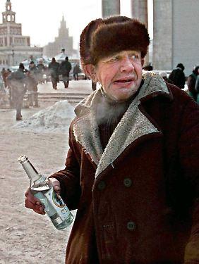 Ein Obdachloser hält in Moskau eine Flasche Wodka in der Hand - in Russland aber auch anderen ehemaligen Sowjetrepubliken ist der Alkoholismus ein großes Problem.
