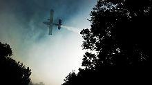 Langsam zeigt die Bekämpfung des Feuers auch aus der Luft aus Wirkung.