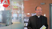 Bischof Ackermann betritt in Trier die Agentur für Arbeit.