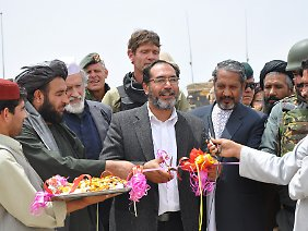 Der Gouverneur der Provinz Urusgan, Assadullah Hamdam, gibt im Mai 2009 den Startschuss zum Bau einer Straße zwischen der Provinzhauptstadt Tarin Kowt und dem etwa 40 Kilometer entfernten Ort Chora.