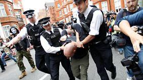 Vor der Botschaft Ecuadors protestieren hunderte Menschen für Assange. Mindestens ein Mann wurde abgeführt.