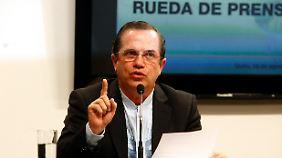 Außenminister Patiño teilt die Entscheidung seines Landes mit.