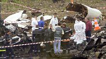 Spezialisten suchen in dem Trümmerfeld in Gonesse in der Nähe des Pariser Flughafens Charles de Gaulle nach Wrackteilen (Archivbild vom 26.07.2000).