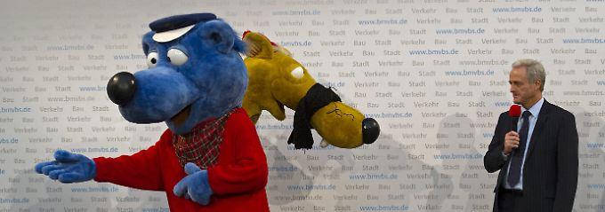 """Am vergangenen Donnerstag stellten Ramsauer und Hein Blöd """"Käpt'n Blaubärs fantastische Verkehrsfibel"""" vor."""