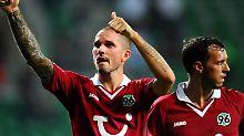 Sie haben nicht nur die Trikots schön: Hannovers Leon Andreasen, links, und Sergio Pinto peilen die Europaliga an.