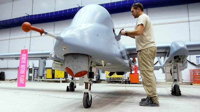 Ein Bundeswehrtechniker arbeitet auf dem Flugplatz in Masar-I-Scharif an einer Aufklärungsdrohne vom Typ Heron 1.