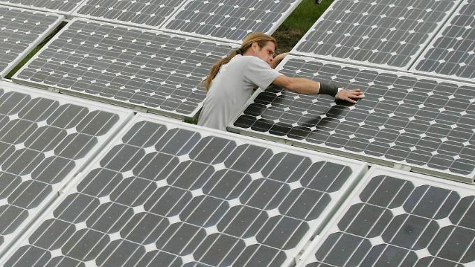 Ab aufs Dach: Im Winter sind Solarinstallationen schwierig.