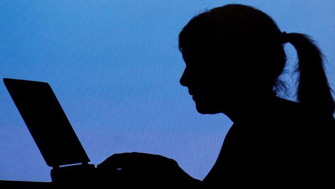 Mehr als jeder zehnte Schüler wird Opfer von Cyber-Mobbing, sagt der Psychologe Scheithauer. Andere Studien geben noch wesentlich höhere Zahlen an.