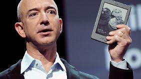 Bezos gibt Lesegeräte praktisch zum Produktionspreis ab und will lieber an Inhalten und Diensten verdienen.