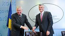 Der niederländische Diplomat Pieter Feith (l.), der ranghöchste internationale Vertreter im Kosovo, und der serbische Premier Hashim Thaci.
