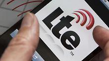 Das neue iPhone unterstützt die superschnelle Datenfunk-Technik LTE. In Deutschland dürften allerdings fast ausschließlich Kunden von T-Mobile davon profitieren, weil die Tochter der Deutschen Telekom auf die vom Gerät genutzte Frequenz 1800 MHz setzt.