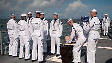 Neil Armstrong wird mit militärischen Ehren auf hoher See bestattet.