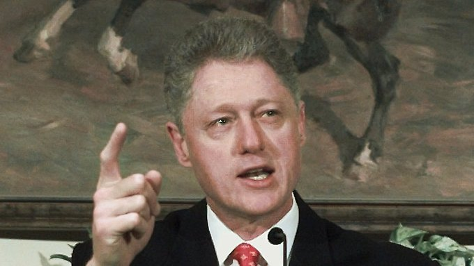 """26. Januar 1998. In einer Pressekonferenz bestreitet Bill Clinton, Sex mit """"dieser Frau, Miss Lewinsky"""", gehabt zu haben."""