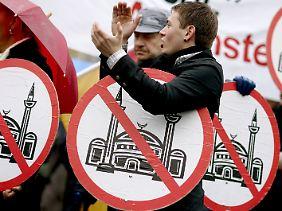 """""""Pro Köln""""-Anhänger demonstrieren gegen den Bau einer Moschee in Köln-Ehrenfeld. Im Verfassungsschutzbericht des Landes NRW über das Jahr 2008 wird """"Pro Köln"""" im Kapitel Rechtsextremismus behandelt."""