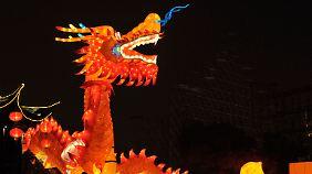 Der chinesische Drache spuckt Feuer.
